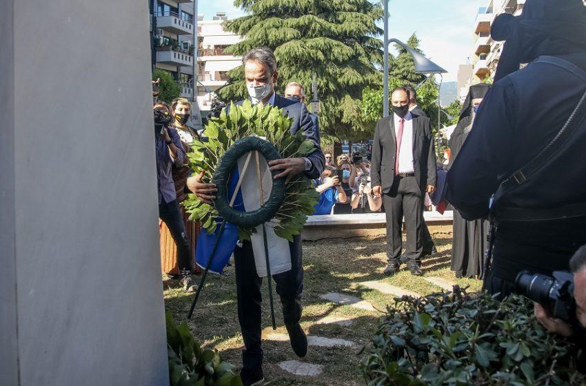 Στεφάνι για τα θύματα της Γενοκτονίας των Ποντίων κατέθεσε στην Καλαμαριά ο Μητσοτάκης – Διαμαρτυρία του Π.Α.ΜΕ (vid)