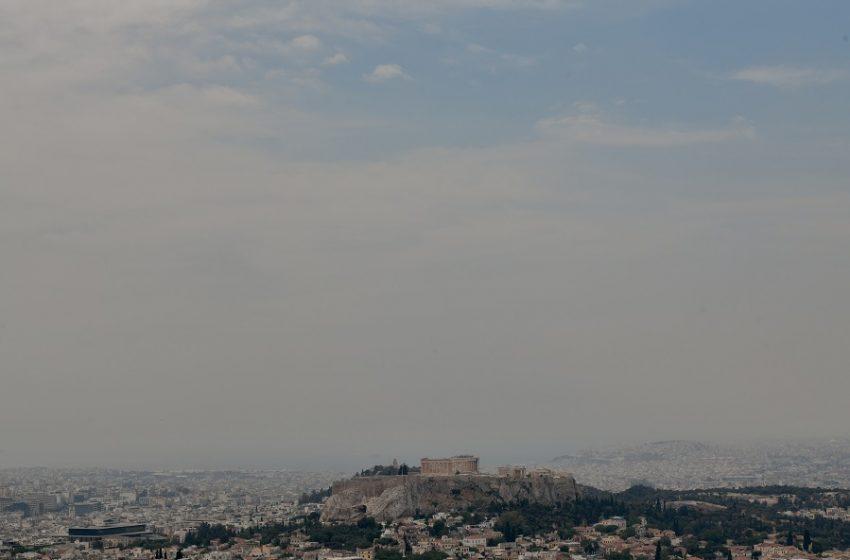 Η φωτιά στον Σχίνο… έκρυψε Αθήνα και Ακρόπολη – Έφθασε στην Ικαριά