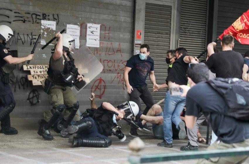 Επεισόδια μεταξύ οικοδόμων και αστυνομικών στο υπουργείο Εργασίας (vid)