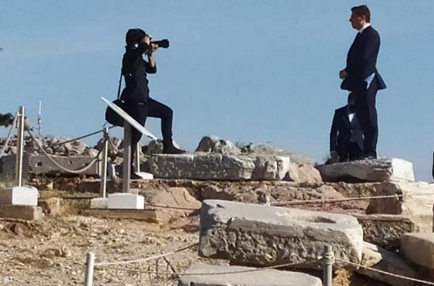 Ο Βαρβιτσιώτης παραβίασε περιφραγμένο χώρο για να φωτογραφηθεί στην Ακρόπολη – Τι απαντά το γραφείο του (vid, εικόνα)