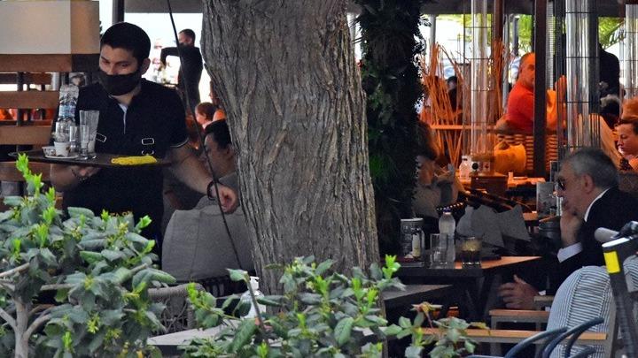 Λάρισα: Έφοδος στα καφέ με το άνοιγμα της εστίασης