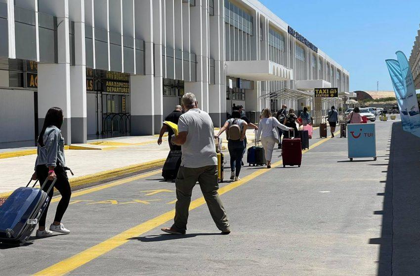 Έφθασαν οι πρώτοι τουρίστες στην Κρήτη