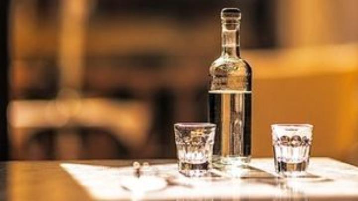 Ερευνα για την εστίαση: Τελικά το αλκοόλ μας φέρνει πιο κοντά σωματικά;