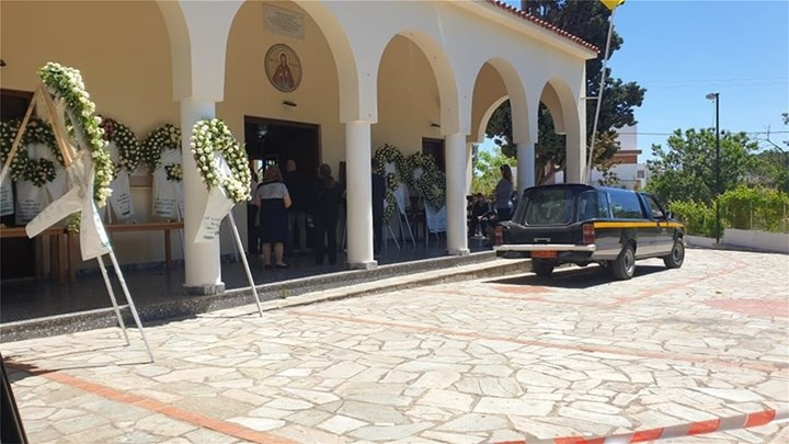 """Το τελευταίο """"αντίο"""" στην 20χρονη Καρολάιν – Θρήνος στην Αλόννησο (vid-εικόνες)"""