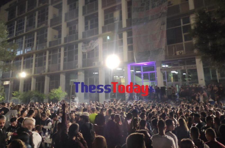 """Θεσσαλονίκη: """"Φεστιβάλ κορoναϊού"""" στην Φιλοσοφική του ΑΠΘ – Εκατοντάδες άτομα και DJ (vid)"""