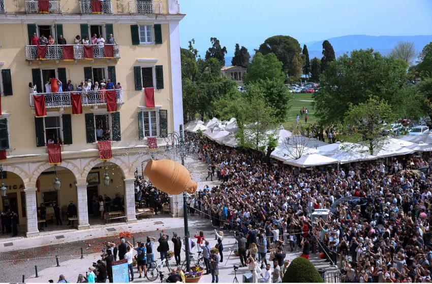 Έντονος συνωστισμός στο έθιμο των μπότηδων στην Κέρκυρα παρά τις απαγορεύσεις (vid)