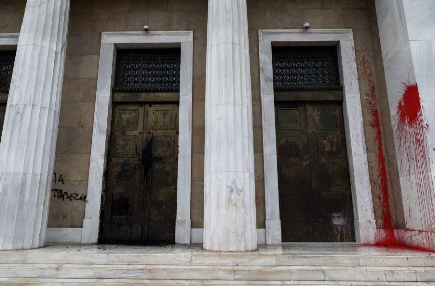 Επεισόδια με μολότοφ και χημικά στο κέντρο της Αθήνας (εικόνες)