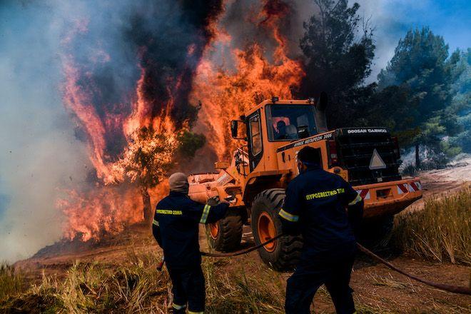 Αλεποχώρι/Μέγαρα: Αναζωπυρώνεται η φωτιά- Εκκενώνονται οικισμοί