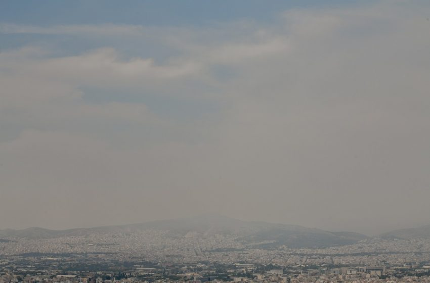 """""""Μείνετε σπίτι"""": Συστάσεις από Υπ. Υγείας για το """"νέφος' από την πυρκαγιά στην Κορινθία"""
