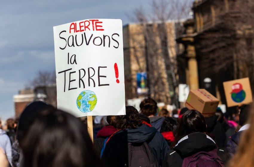 Χιλιάδες διαδηλωτές στη Γαλλία ζητούν πιο φιλόδοξο νόμο για το κλίμα