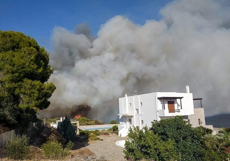 Υπό έλεγχο οι πυρκαγιές σε Ίσθμια και Μακρακώμη – Δίπλα στα σπίτια έφτασαν οι φλόγες (vid)
