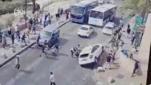 Ιερουσαλήμ: H στιγμή που οδηγός αυτοκινήτου δέχεται επίθεση από Παλαιστίνιους (vid)