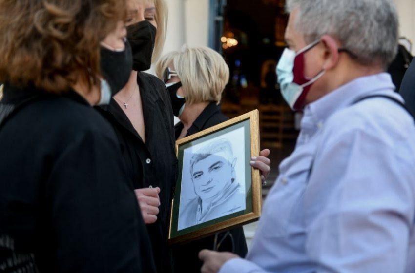 Συγκλονίζει η μητέρα του Γιώργου Καραϊβάζ: Πάω στον τάφο του και του κάνω παρέα (vid)