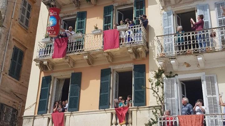 """Κέρκυρα: """"Εξάγνισαν"""" το νησί οι """"μπότηδες"""" – Έπεφταν κατά δεκάδες από τα μπαλκόνια"""