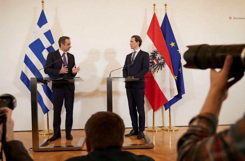 Politico: Ο Μητσοτάκης προλογίζει τον Κουρτζ για το βραβείο ελευθερίας των ΜΜΕ – Σφοδρές επικρίσεις στον Αυστριακό καγκελάριο