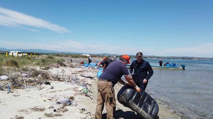 Δέλτα Αξιού: 400 πλαστικά βαρέλια και 15 τόνοι πλαστικά δίκτυα απομακρύνθηκαν από το βυθό