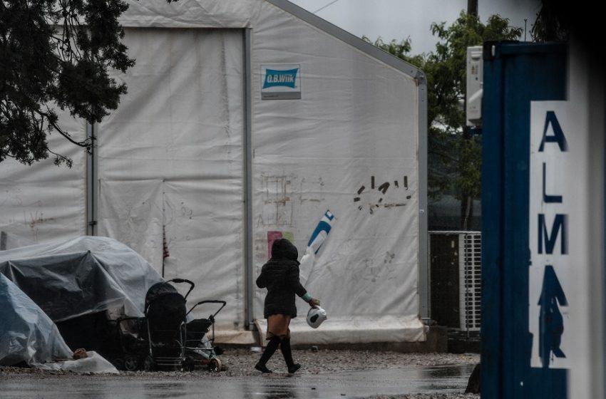 Θεσσαλονίκη: Προσφυγόπουλα μοιράζουν φαγητό σε άστεγους