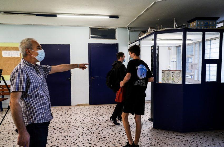"""Θέμα ασφάλειας με τα self tests στα σχολεία: """"Εμείς εισηγηθήκαμε δύο την εβδομάδα"""" λέει ο Εξαδάκτυλος – Ποιος έλαβε την απόφαση για ένα"""