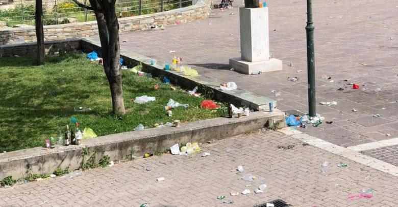 Λάρισα: Σκουπιδότοπος το Φρούριο μετά το πάρτι της Ανάστασης