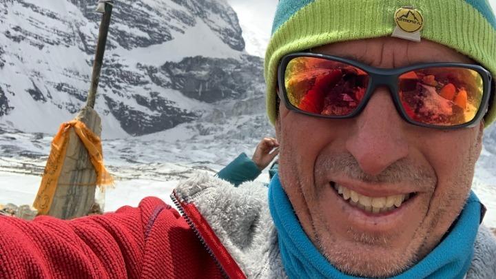 Μήνυμα από το… Νεπάλ υπέρ του εμβολιασμού στέλνει ο ορειβάτης Αντώνης Συκάρης