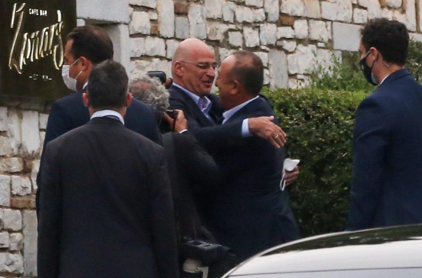 Τουρκικά ΜΜΕ: Διπλωματία της… αγκαλιάς με την Αθήνα, αλλά και απαισιοδοξία για την συνάντηση Μπάιντεν – Ερντογάν