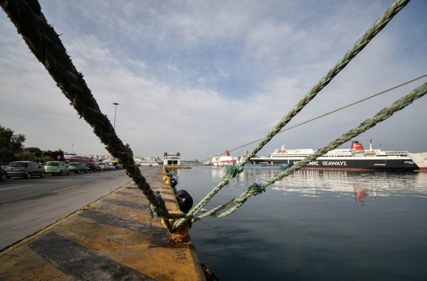 Αυτοκίνητο έπεσε στη θάλασσα στο λιμάνι του Πειραιά (vid)