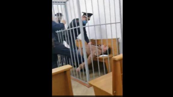 Βίντεο σοκ από τη Λευκορωσία: Ακτιβιστής της αντιπολίτευσης έκανε απόπειρα αυτοκτονίας στο δικαστήριο