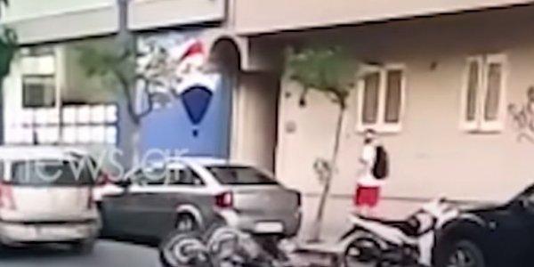 Bίντεο-σοκ: Mηχανάκι παρασύρει παιδί και το πετάει στο δρόμο