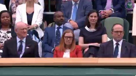Τρομερή στιγμή στο Wimbledon: Η στιγμή που χειροκροτούν την επιστήμονα που ανακάλυψε το εμβόλιο της AstraZeneca (vid)