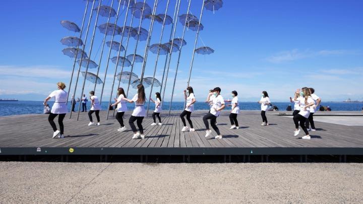 Φαρμακοποιοί χόρεψαν στους ρυθμούς του Jerusalema στην παραλία της Θεσσαλονίκης (εικόνες)