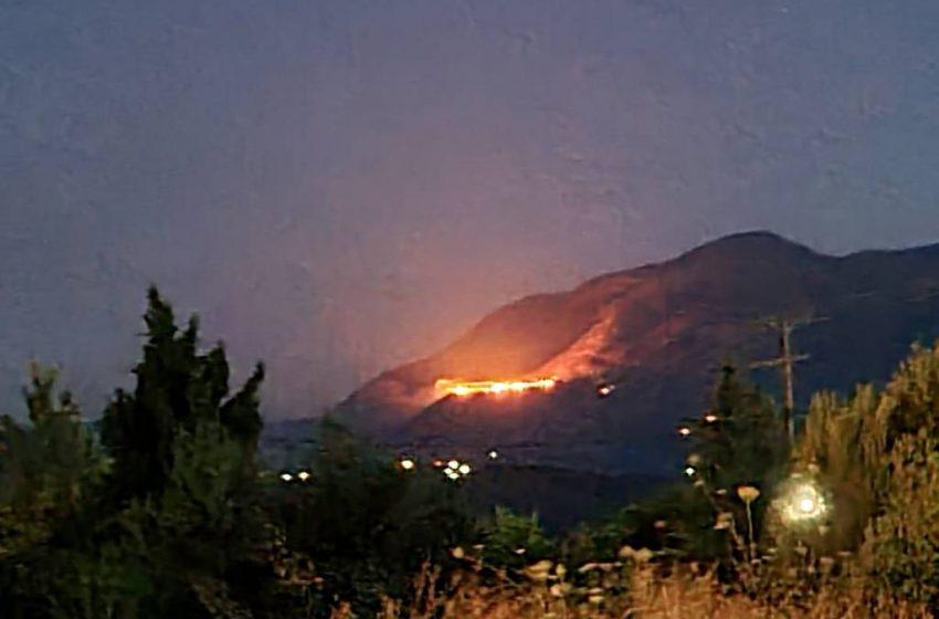 Δύσκολη νύχτα στις Ασίτες – Έφθασε σε κατοικημένη περιοχή η φωτιά