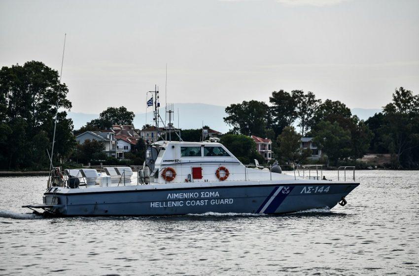 Χαλκιδική: Σκάφος του Λιμενικού περισυνέλεξε 13χρονη χειρίστρια φουσκωτού κανό