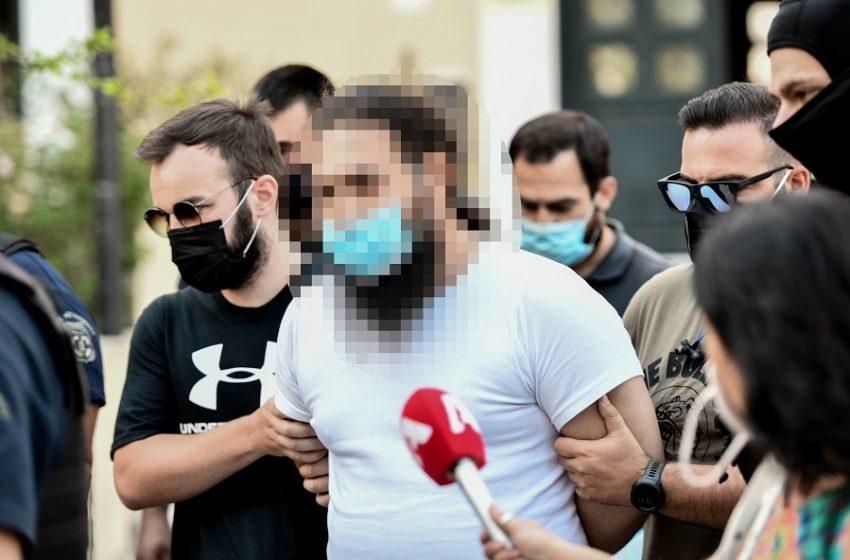 Ποινική δίωξη για βαριά σκοπούμενη σωματική βλάβη κατά συρροή στον  ιερέα που επιτέθηκε με καυστικό υγρό στους Μητροπολίτες