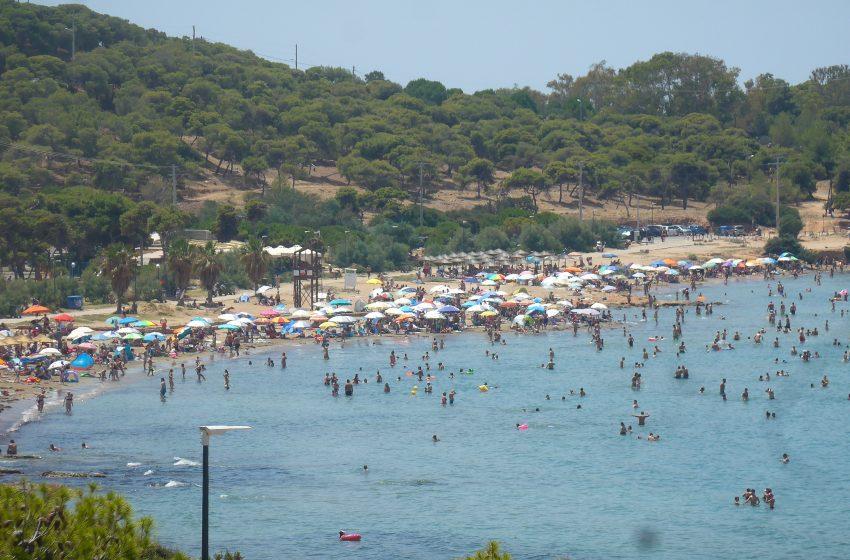 """Καύσωνας: """"Απόβαση"""" στις παραλίες για μικρές ανάσες δροσιάς (pics)"""