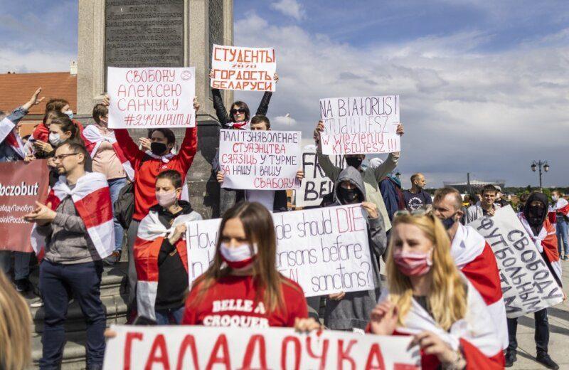 Δεκάδες εξόριστοι Λευκορώσοι διαδήλωσαν στα σύνορα με την Πολωνία κατά του Λουκασένκο