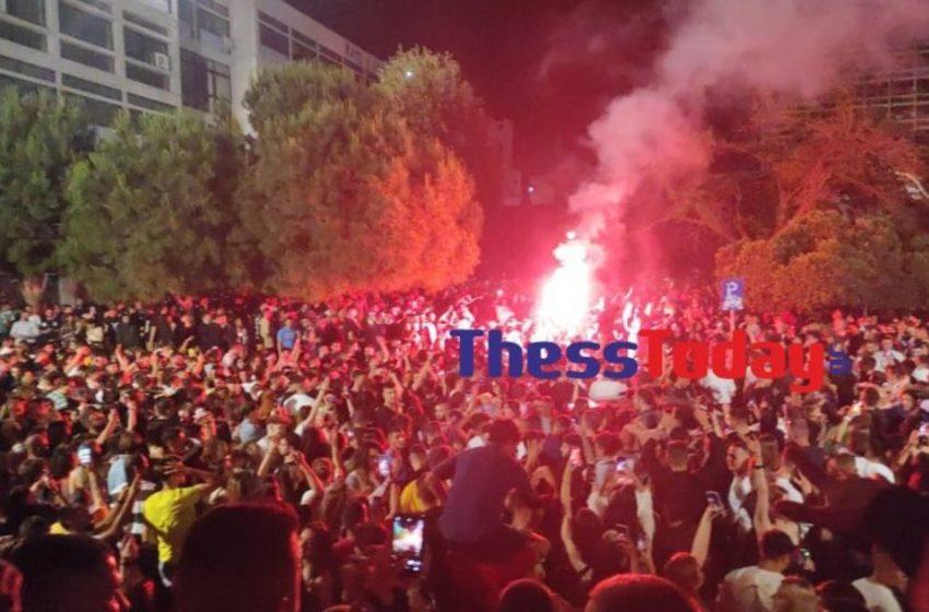 ΑΠΘ: Κορωνοπάρτι μέχρι το πρωί με 3.000 άτομα, DJ και πυρσούς (vids)