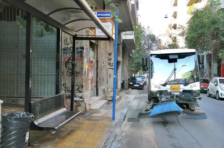 Eπιχείρηση καθαριότητας και απολύμανσης στα Εξάρχεια από τον Δήμο Αθηναίων