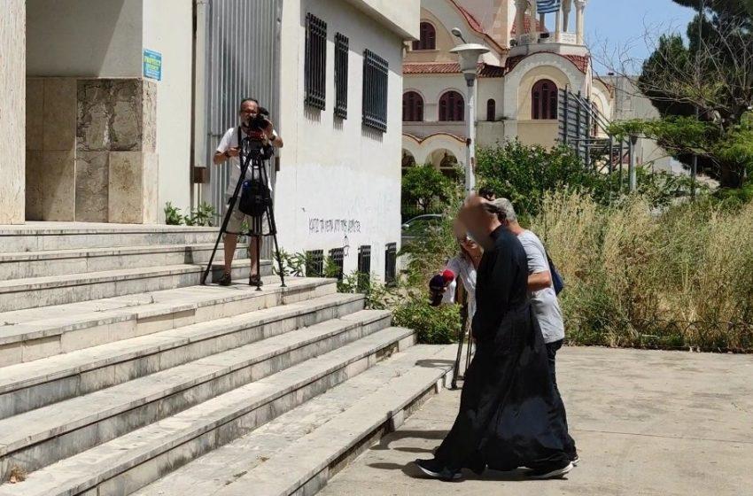 """Αγρίνιο: """"Κρεμάλα"""" φώναζαν στον 49χρονο ιερέα που κατηγορείται για βιασμό κατά την προσαγωγή του στα δικαστήρια (vid)"""
