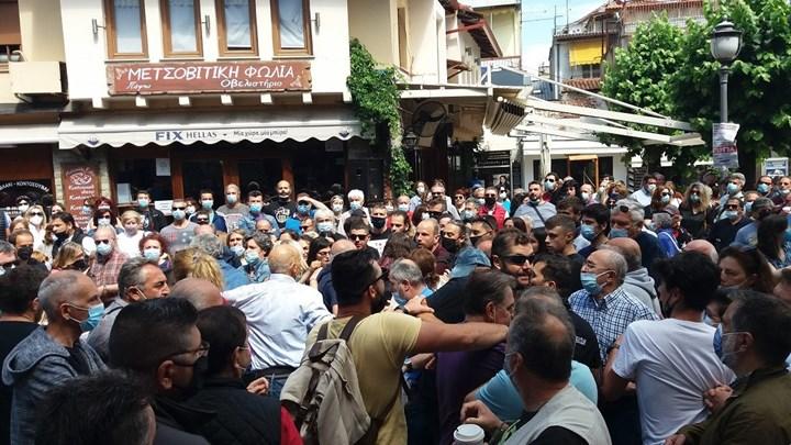 Ένταση και συμπλοκές στα Ιωάννινα – Χτύπησαν πρώην βουλευτή του ΣΥΡΙΖΑ (vids)