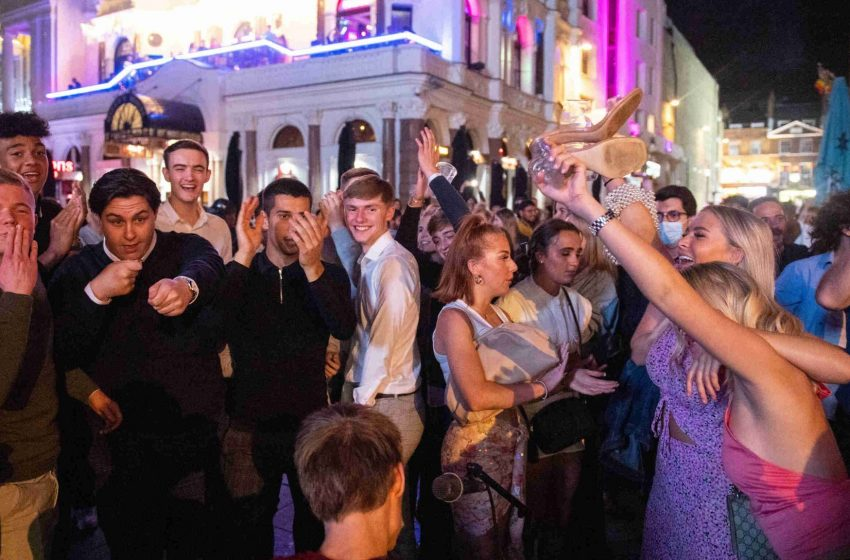 Στο Λονδίνο γιορτάζουν την επαναλειτουργία των νυχτερινών κέντρων