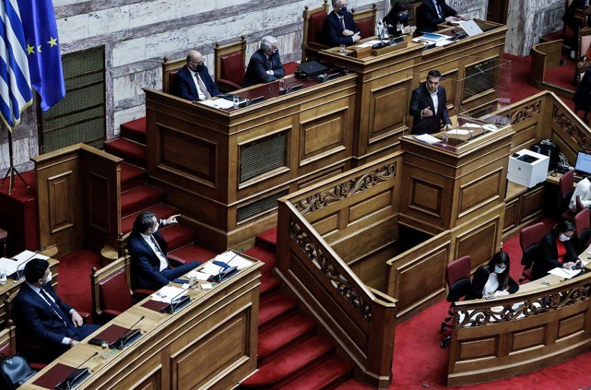 Μετωπική σύγκρουση για το εργασιακό – Μητσοτάκης – Τσίπρας σε υψηλούς τόνους στην ολομέλεια – Σε απεργιακό κλοιό η Βουλή