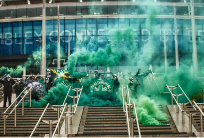 """Η """"αγγλική"""" Θύρα 13 έβαψε… πράσινο το Γουέμπλεϊ (εικόνες)"""