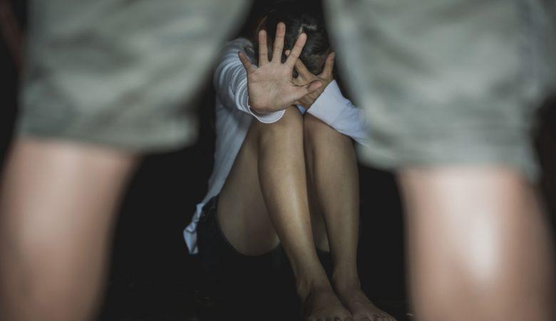 Εφιάλτης: Επί τρεις μέρες βίαζαν 19χρονη – Την κρατούσαν όμηρο σε σπίτι στο κέντρο της Αθήνας