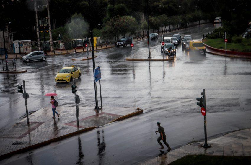 Προβλήματα στην Αθήνα από την καταιγίδα – Πλημμύρισαν δρόμοι – Δεκαδες κλήσεις για βοήθεια