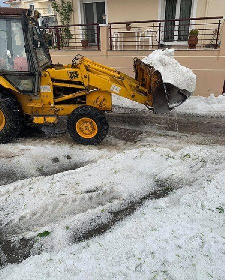 Κοζάνη: Με μπουλντόζα απομάκρυναν το χαλάζι από τους δρόμους της πόλης (vid)