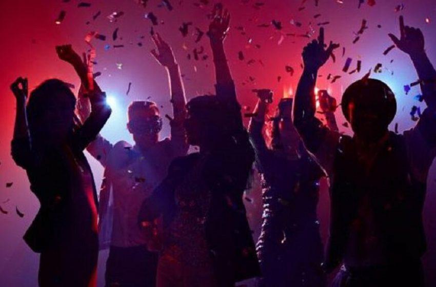 Εικόνες από κορονοπάρτι στη Μύκονο – Ξέφρενη διασκέδαση χωρίς μέτρα και αποστάσεις