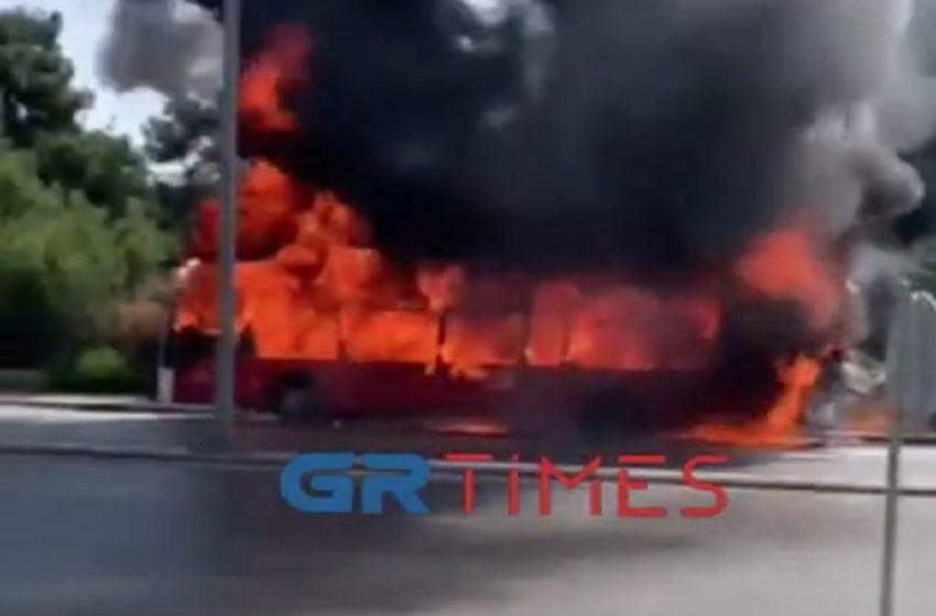 Θεσσαλονίκη: Η στιγμή που λεωφορείο τυλίχτηκε στις φλόγες