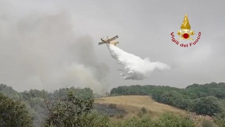 Σαρδηνία: Καίγεται για τρίτη ημέρα – Έφτασαν τα δυο Καναντέρ από την Ελλάδα