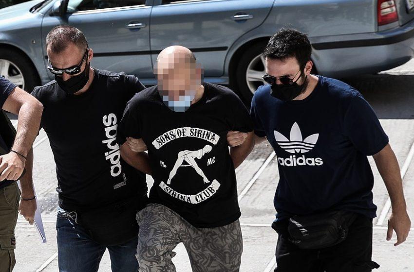 "Trafficking 19χρονης: Το σκοτεινό προφίλ του 39χρονου αστυνομικού που την εξέδιδε και η μπλούζα… με τον ""Σιρινάκη"""