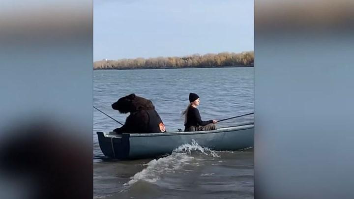 Viral η αρκούδα που… ψαρεύει (vid)